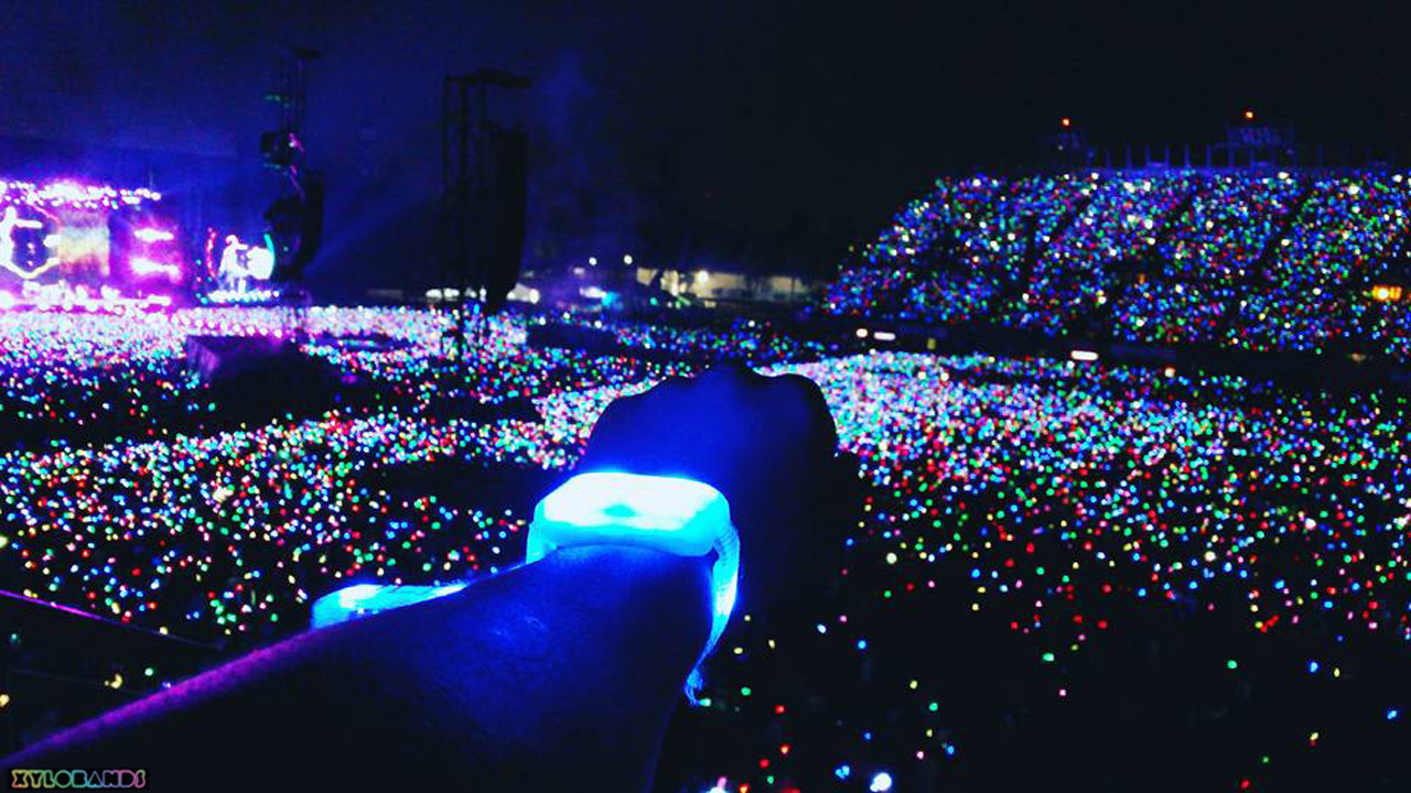 coldplay wristbands light up audiences on a head full of. Black Bedroom Furniture Sets. Home Design Ideas